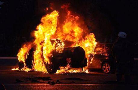 На юге Тамбова ночью загорелся дорогой внедорожник