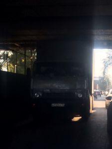 В центре Тамбова под мостом застрял грузовик