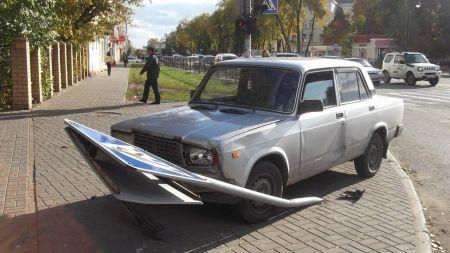 В Тамбове дорожный знак упал на девушку: она получила черепно-мозговую травму