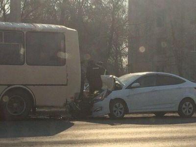 Тамбовчанин на иномарке въехал под автобус и сбежал в больницу