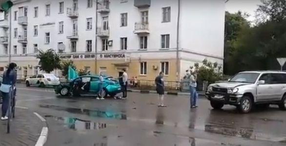В центре Тамбова столкнулись Renault и Land Cruiser, есть жертвы