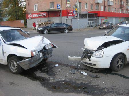 "В Тамбове ""Лада"" не уступила ""ВАЗу"", двое пострадавших"