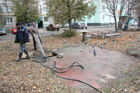 По обращению жителей во дворе на севере Тамбова засыпали яму