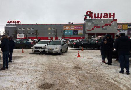 В Тамбове две иномарки не поделили парковку у гипермаркета