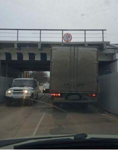 Под отремонтированным мостом на Елецкой в Тамбове застряла фура