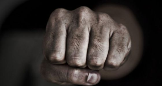 В Мичуринске в собственной машине избили и ограбили мужчину