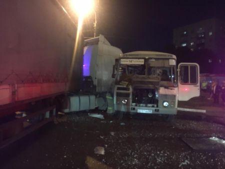 В Тамбове столкнулись пассажирский автобус и фура: трое в тяжелом состоянии